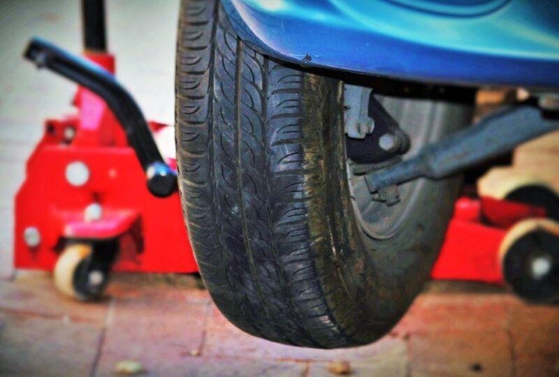 Dvigalka za avto lahko vzdigne tudi po več ton